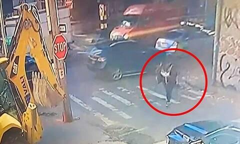 Αδιανόητο δυστύχημα στη Νέα Υόρκη: Περπατούσε και την χτύπησε στο κεφάλι εκσκαφέας