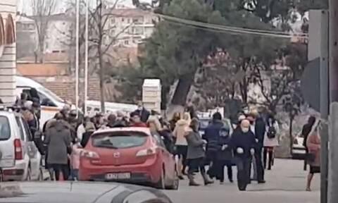 Κοζάνη: Απίστευτες εικόνες συνωστισμού έξω από εκκλησία - «Να αφήναμε τους πιστούς έξω;»