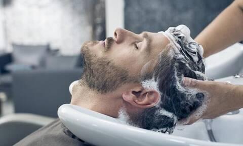 Λούσιμο: Πώς θα το κάνεις χωρίς να καταστρέψεις τα μαλλιά σου