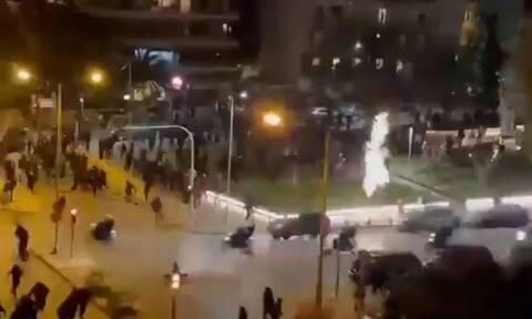 Νέα Σμύρνη: Έτσι ξεκίνησε η επίθεση στον αστυνομικό - Το «ντου» της Αστυνομίας στο πλήθος (βίντεο)