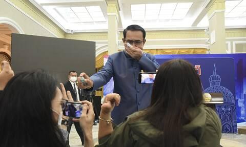 Ταϊλάνδη: O πρωθυπουργός ψέκασε με αντισηπτικό δημοσιογράφους για μην του κάνουν δύσκολες ερωτήσεις