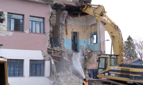 Συγκίνηση στο Δαμάσι: Δάκρυσε ο διευθυντής του σχολείου - Γκρεμίζεται μετά τον σεισμό της Ελασσόνας