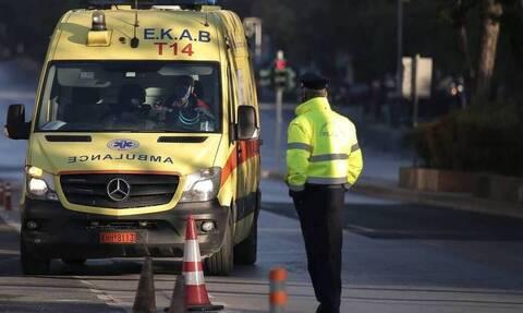 Σφοδρό τροχαίο έξω από την Βουλή - Υπηρεσιακό αυτοκίνητο συγκρούστηκε με μηχανή