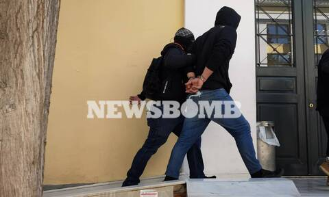 Ρεπορτάζ Newsbomb.gr: Στον Ανακριτή ο «Ινδιάνος» και οι συλληφθέντες για τα επεισόδια στη Νέα Σμύρνη