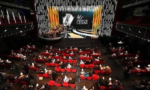 Σάλος στα βραβεία Σεζάρ: Γυμνή ηθοποιός με μήνυμα γραμμένο στο στήθος για τον Γάλλο πρωθυπουργό