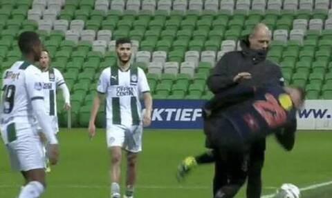 Ολλανδία: Προπονητής την... είδε παλαιστής! Απίστευτο κεφαλοκλείδωμα σε παίκτη (video)