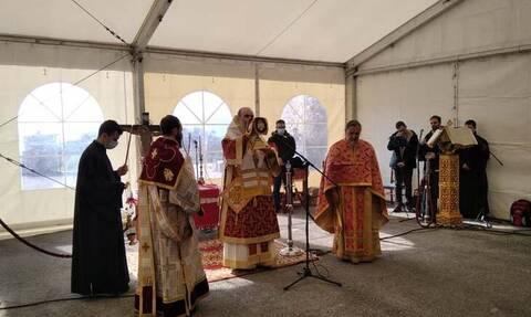 Σεισμός – Ελασσόνα: Θεία Λειτουργία μέσα σε σκηνές - Συγκλονιστικές εικόνες σε Δαμάσι και Μεσοχώρι