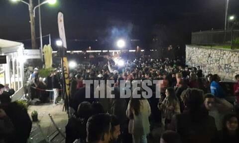 Πάτρα: Εικόνες στο κέντρο της πόλης που θυμίζουν τρελό πάρτι στο τέλος καρναβαλικής παρέλασης