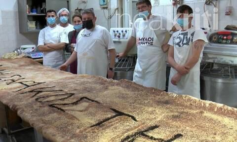 Χανιά: Με μια λαγάνα... γίγας ετοιμάζουν το άνοιγμα της Σαρακοστής