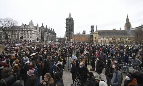 Λονδίνο: Θύελλα αντιδράσεων κατά της αστυνομίας για τη διάλυση της εκδήλωσης στη μνήμη 33χρονης