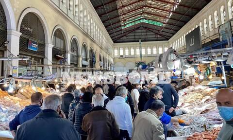 Ρεπορτάζ Newsbomb.gr: Τρέχουν για τα τελευταία ψώνια στη Βαρβάκειο οι Αθηναίοι