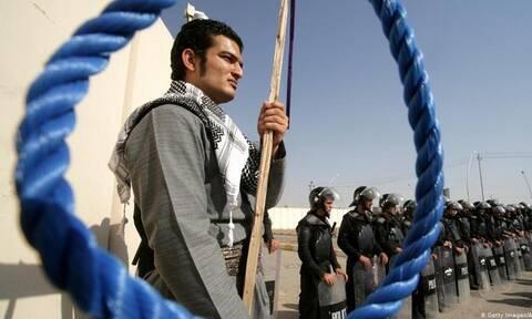 Φρίκη στο Ιράν: Κρέμασαν 4 άνδρες που βίασαν γυναίκα μπροστά στο σύζυγό της