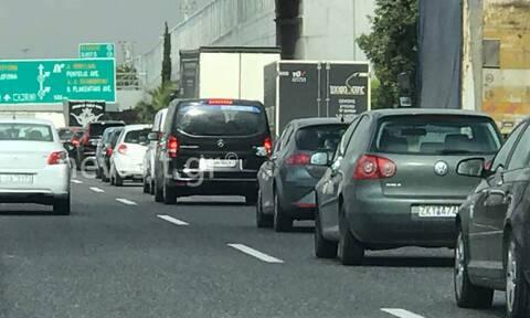 Κίνηση ΤΩΡΑ: Μποτιλιάρισμα στην Αττική Οδό από μπάζα που έπεσαν στο οδόστρωμα