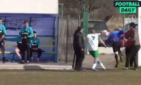 Έφυγε από το γήπεδο! - Εξαγριωμένοι παίκτες πήραν στο κυνήγι διαιτητή (video)
