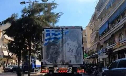 Το πιο... γαλανόλευκο φορτηγό! Με την ελληνική σημαία και τον Γιάννη Αντετοκούνμπο (video)