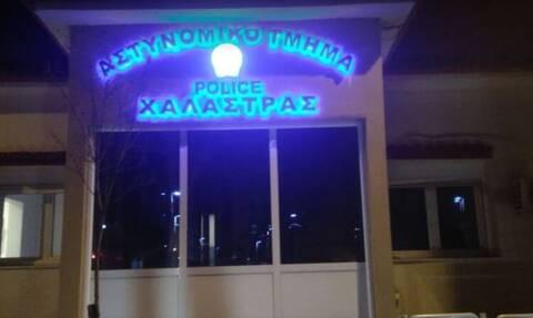 Θεσσαλονίκη: Επίθεση με πέτρες στον αστυνομικό σταθμό Χαλάστρας – 10 προσαγωγές