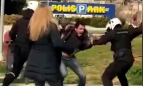 Νέα Σμύρνη: Έρευνα σε βάρος και άλλων 9 αστυνομικών για τον ξυλοδαρμό του νεαρού στην πλατεία