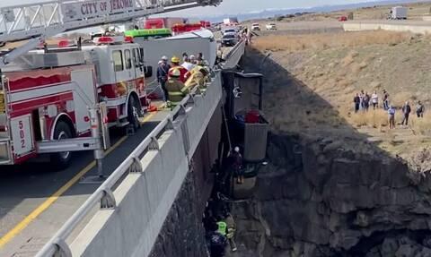 ΗΠΑ: Δραματική διάσωση ζευγαριού από φορτηγάκι που κρεμόταν στο κενό από γέφυρα ύψους 30 μέτρων