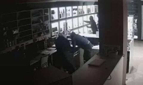 Πειραιάς: Κινηματογραφική διάρρηξη σε κατάστημα – Δείτε καρέ-καρέ τις κινήσεις των δραστών