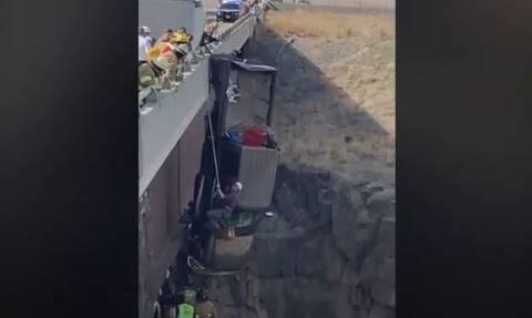 Απεγκλώβισαν ζευγάρι μέσα από όχημα που κρεμόταν από γέφυρα: Εικόνες που κόβουν την ανάσα