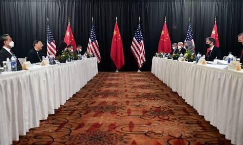 Στην αντεπίθεση η Κίνα: Απειλεί με «αυστηρά μέτρα» τις ΗΠΑ