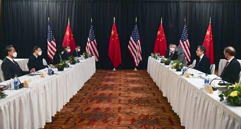 Σκληρή και όχι «διπλωματική» η συνάντηση ΗΠΑ- Κίνας στην Αλάσκα: Τι δείχνει για τις σχέσεις τους