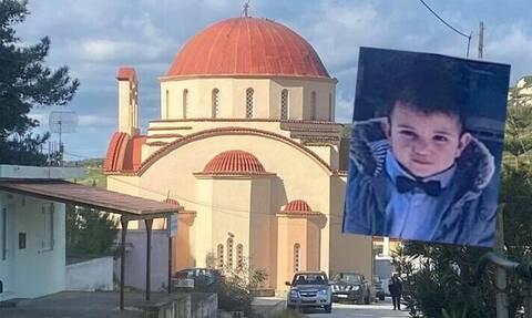 Σπαρακτικές εικόνες στην Κρήτη: Βαφτίστηκε η αδερφή του Ζαχαρία - Στις 4 το τελευταίο «αντίο»
