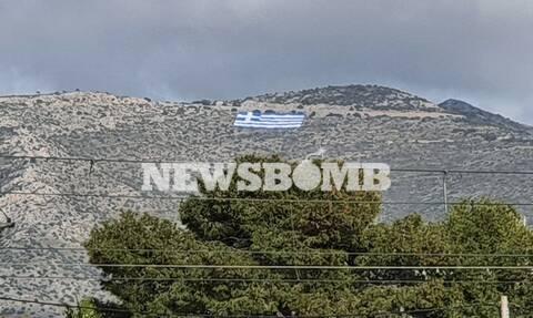 25η Μαρτίου: Τεράστια σημαία 4.000 τετραγωνικών τοποθέτησε στον Υμηττό o Δήμος Γλυφάδας (pics)