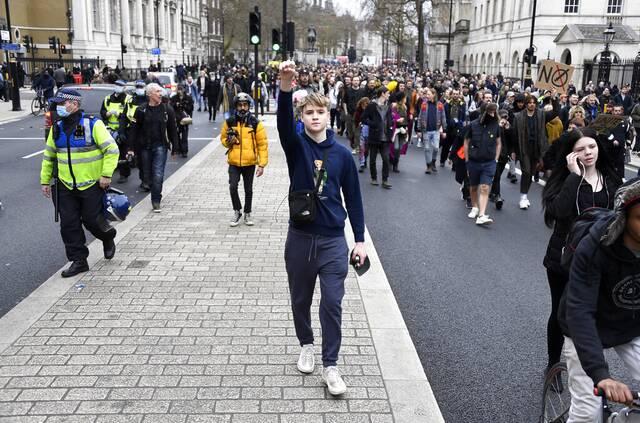 Λονδίνο: Συγκρούσεις διαδηλωτών και αστυνομίας κατά την διάρκεια πορείας κατά των μέτρων - Newsbomb - Ειδησεις