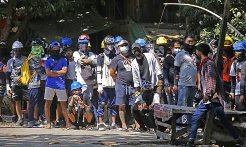 Μιανμάρ: Διαδηλωτές συνεχίζουν τη μάχη με τη στρατιωτική χούντα για την αποκατάσταση της δημοκρατίας