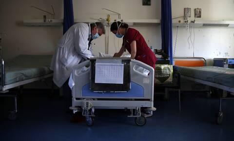 Επίταξη γιατρών: Δεν κάνει πίσω η κυβέρνηση - Διαφωνία και «άδειασμα» στον Εξαδάκτυλο από τον ΙΣΑ