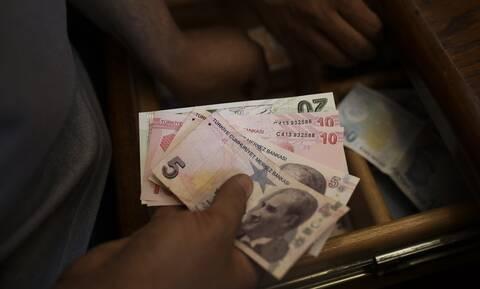 Προς «μαύρη Δευτέρα» η τουρκική οικονομία - Γκρεμίζεται η λίρα