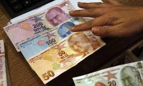 Η τουρκική λίρα κατακρημνίζεται μετά την καθαίρεση του διοικητή της κεντρικής τράπεζας