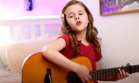 Με τη γλυκιά της φωνή και την κιθάρα της τρέλανε το διαδίκτυο