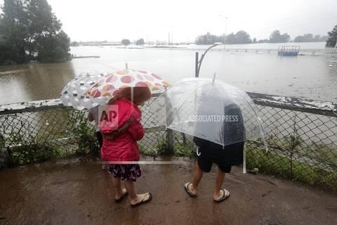 Αυστραλία πλημμύρες: Ζευγάρι είδε το σπίτι του να παρασύρεται από το ποτάμι την ημέρα του γάμου του