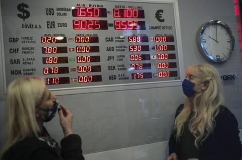 Κλυδωνίζεται η τουρκική οικονομία: Πιθανά capital controls και άλλα μέτρα στο «τραπέζι»