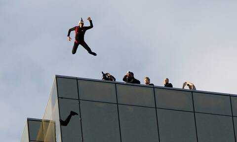 Φρίκτος θάνατος: Έκανε ελεύθερη πτώση από τον 14ο όροφο κτηρίου και το αλεξίπτωτο δεν άνοιξε
