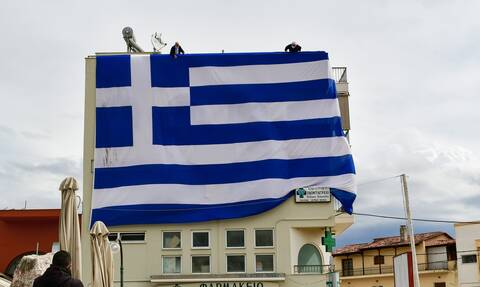Αργολίδα: Ελληνική σημαία εντυπωσιακών διαστάσεων στη Νέα Κίο - Την αφιέρωσαν στους γιατρούς