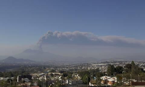 Γουατεμάλα: Βρυχάται το ηφαίστειο Πακάγια - Έκλεισε αεροδρόμιο από την τέφρα