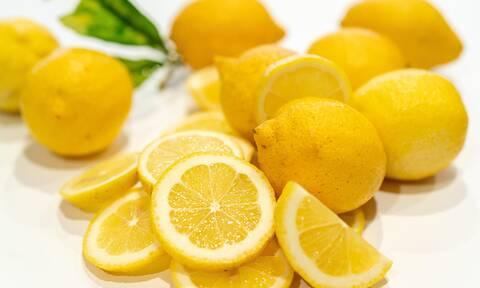Πώς θα κάνετε βαθύ καθαρισμό προσώπου με αλάτι και λεμόνι