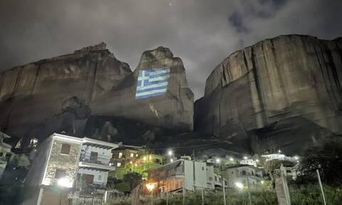 25η Μαρτίου: Με την ελληνική σημαία φωταγωγήθηκαν τα επιβλητικά Μετέωρα