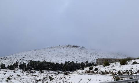 Η κακοκαιρία «χτύπησε» την Αττική: Χιονοθύελλα στην Πάρνηθα - Χιόνια στην Ιπποκράτειο Πολιτεία