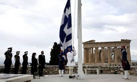 25η Μαρτίου: Η έπαρση της σημαίας στην Ακρόπολη (vids)