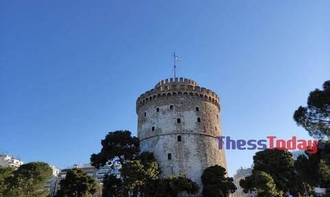 25η Μαρτίου: Επίσημη έπαρση της σημαίας στον Λευκό Πύργο (pics &vid)