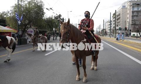 Ρεπορτάζ Newsbomb.gr - 25η Μαρτίου: Εντυπωσίασαν οι έφιππες από Κάρυστο και οι στολές του Υψηλάντη