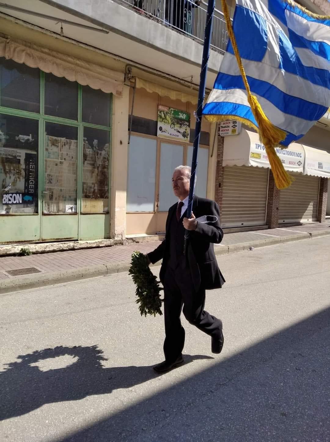 Ηλεία- 25η Μαρτίου: Συγκλόνισε δάσκαλος στο Τραγανό - Παρήλασε μόνος του με την ελληνική σημαία (Photo)