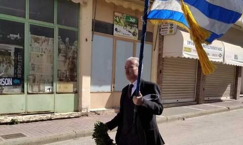 25η Μαρτίου: Συγκλόνισε δάσκαλος στην Ηλεία - Παρήλασε μόνος του με την ελληνική σημαία