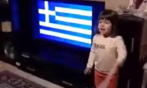 Κοριτσάκι τραγουδάει με... τρελό πάθος τον Εθνικό μας Ύμνο! (vid)