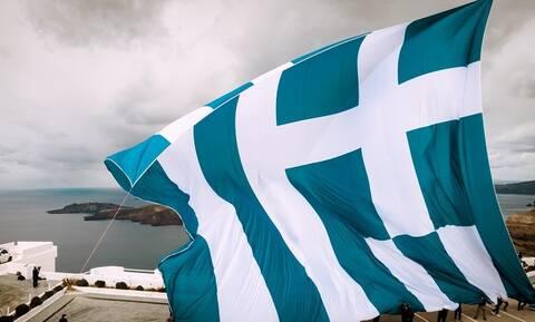 25η Μαρτίου: «Ατύχημα» με τη γιγάντια σημαία στη Σαντορίνη – Τα μποφόρ δεν άφησαν να υψωθεί