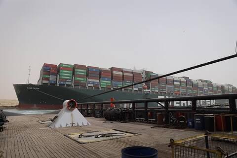 «Φάλαινα που εξόκειλε»: Τι θα γίνει με το πλοίο που μπλόκαρε τη Διώρυγα του Σουέζ